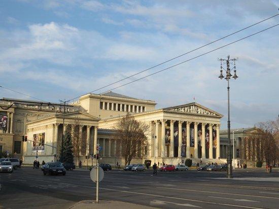 ibis Budapest Heroes Square: Вот фронтон здания музея, на боковую часть которого смотрит отель