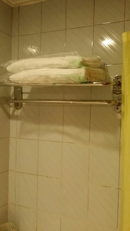 L Hotels (Zhuhai Lianhua): Towel packed in plastic bag.
