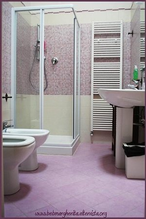 Bagno rosa - Picture of Bed & Breakfast Margherita, Bologna ...