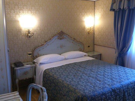 HOTEL OLIMPIA Venice : Habitación