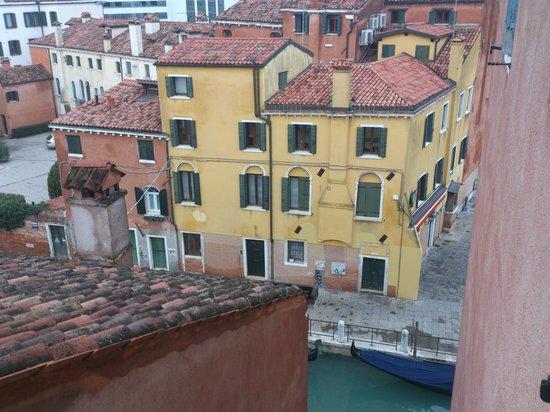 HOTEL OLIMPIA Venice : Vista desde la habitación, al canal