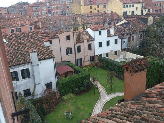 HOTEL OLIMPIA Venice: Vista desde la ventana de la habitación al jardín