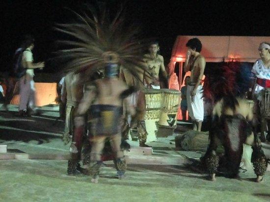 Quinta Avenida: Maya-Tänzer (für Tip) / Plaza Ende 5th