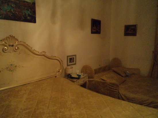 Villa Albertina: mobili malridotti e pareti scrostate