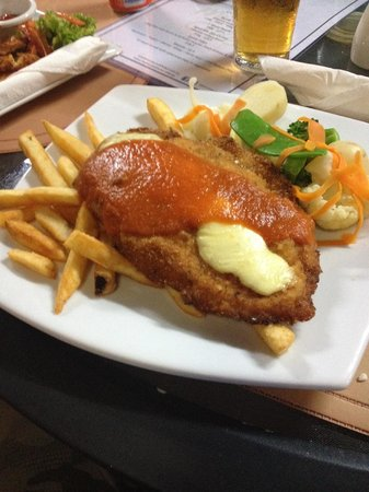 Mena Creek Hotel: $17.50 Chicken Parma and chips