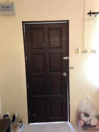 Baantonsai Garden Resort: Holes in the door
