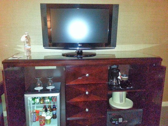 "Omni Dallas Hotel at Park West: LCD 32"" TV"