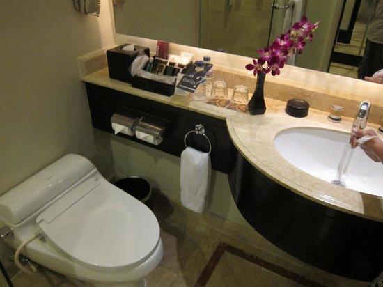 Sheraton Surabaya Hotel & Towers: Club room toilet
