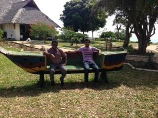 Changani Beach Cottages: Veeru on left(manager), Arshad on right(Chef)