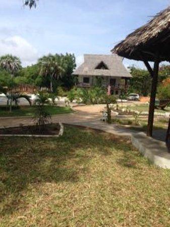 Changani Beach Cottages: grounds, Karibu room in back