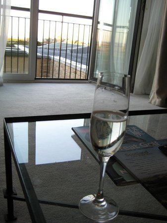 Old Course Hotel, Golf Resort & Spa: Glass of fizzy upon arrival in our lovely suite...