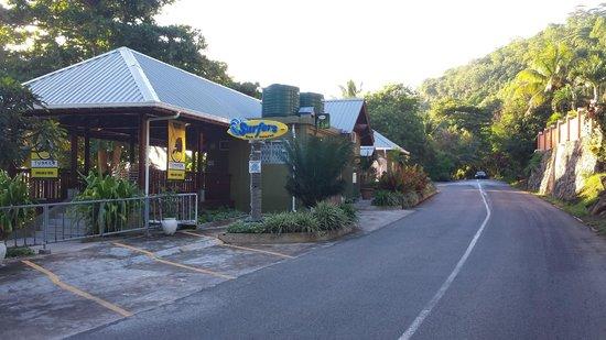 Surfers Beach Restaurant: Вид со стороны дороги