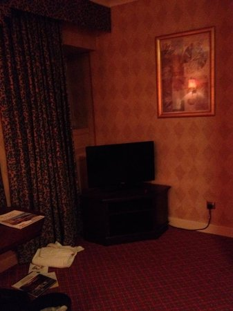Copthorne Hotel Aberdeen: Far away small TV with outdated decor