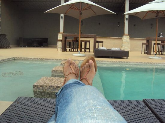 Shepherd's Tree Game Lodge : Relaxing at the poolside before high tea is served