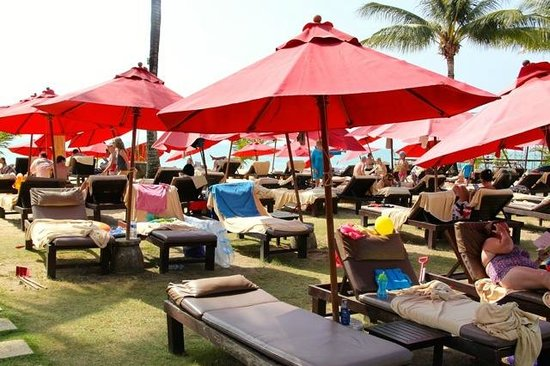 Ramada Khao Lak Resort: Lounge area next to the pool