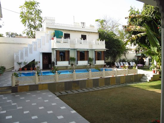 Hotel Mahendra Prakash: Dining Section beside the pool and lawns