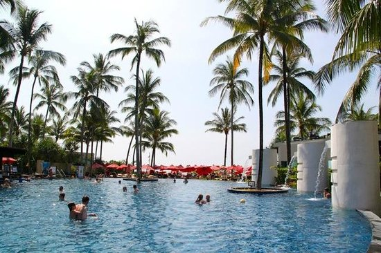 Ramada Khao Lak Resort: Pool and lounge area