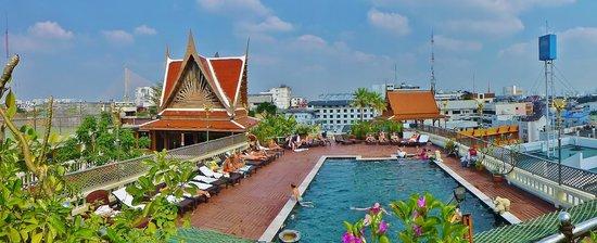 D&D INN: Rooftop pool