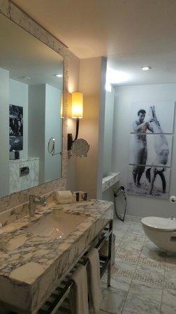 โรงแรมเดอะบาลมอรัล: Bathroom 514