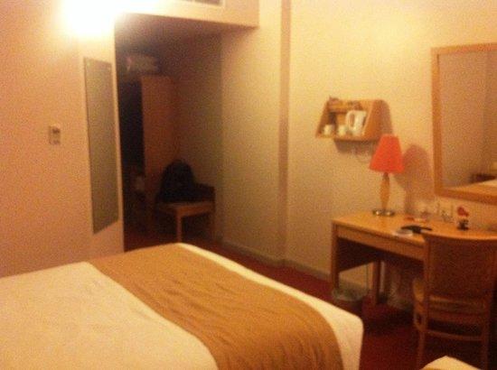 Jurys Inn Nottingham: Room 715 - view towards door