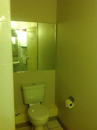 Jurys Inn Nottingham: Room 715 toilet