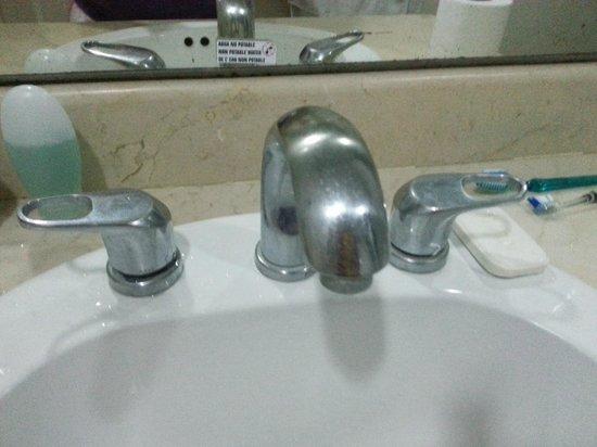 Hotel Beach House Playa Dorada: dirty faucets