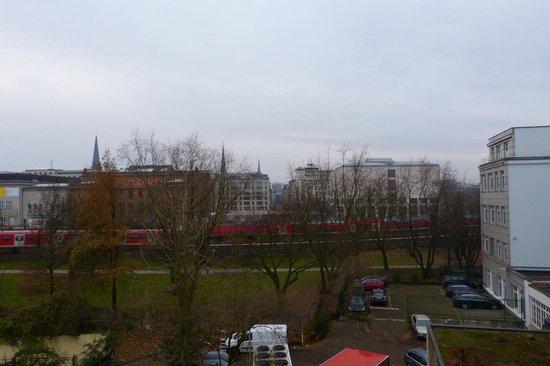 Ibis Hamburg Alster Centrum: View of Altstadt and train tracks from the room window