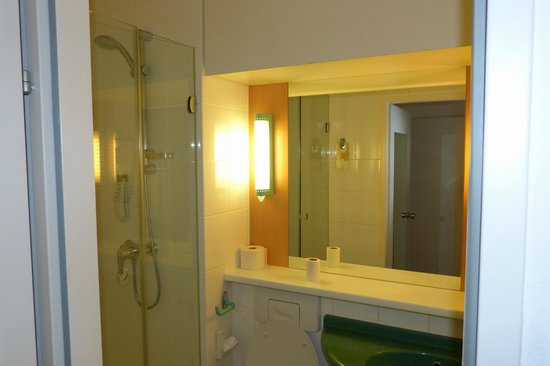 Ibis Hamburg Alster Centrum: A view of the bathroom with a shower