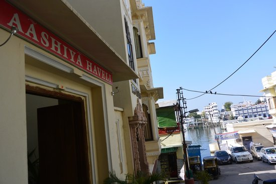 Hotel Aashiya Haveli: Hotel entrance - footsteps from the water