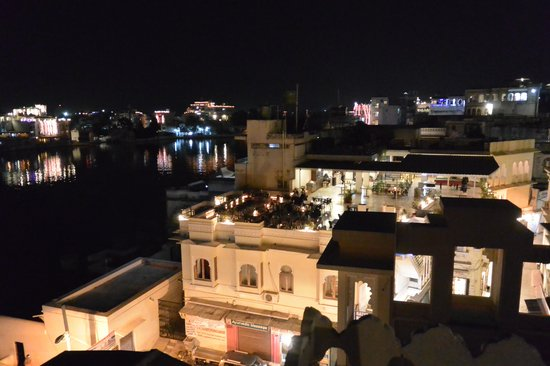 Hotel Aashiya Haveli: Night view from the roof top