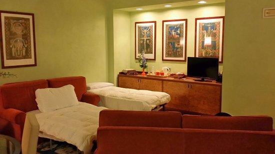 Hotel Ilaria : Salottino con letti agg.
