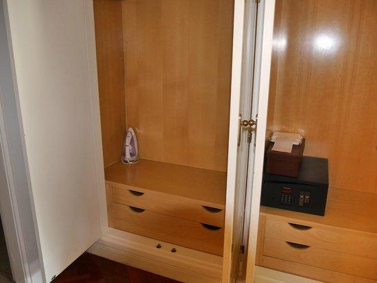Luxury Suites: Шкаф для вещей