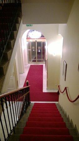 Hotel Saint George : Входная дверь и лестница