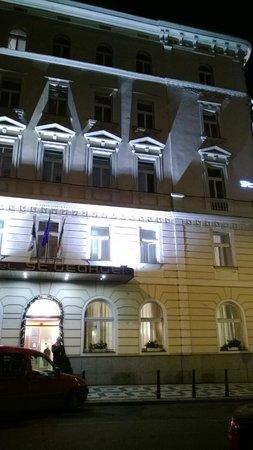 Hotel Saint George: Вид отеля вечером
