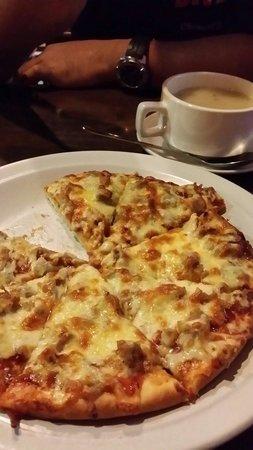 Island One Cafe & Bakery: Chicken pizza. Yummy!!!