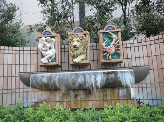 Nagoya Tokyu Hotel : Zodiac fountains at the entrance to the hotel