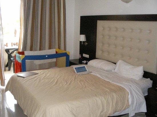 Castro Beach Hotel: спальня в номере