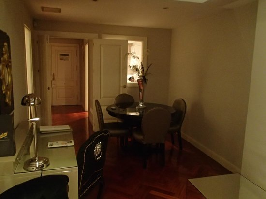 Luxury Suites: dining area of the room with window to the kitchen