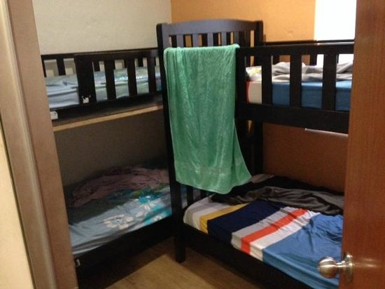 Raizzy's Guesthouse : Our room, which fit our two bunkbeds overlapping their ends