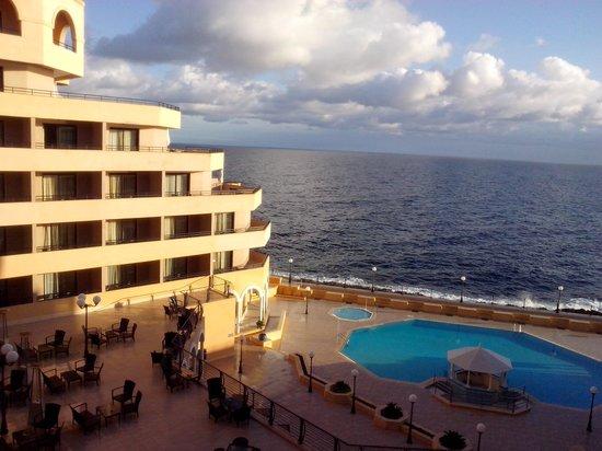 Radisson Blu Resort, Malta St Julian's: Mare e piscina...non male no?