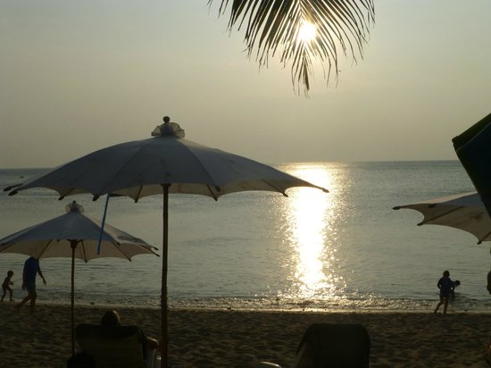 Lanta Palace Resort & Beach Club: view from pool side at sunset