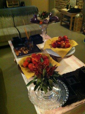 Villa Aruch: Living mesa de centro con frutas, área común
