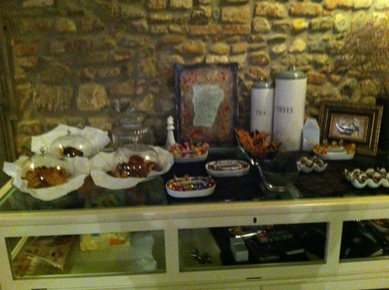 Villa Aruch : mesón con dulces, galletas , frutas en Living