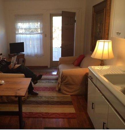 Das Garten Haus Bed and Breakfast : Sitting Area w/fridge tv microwave
