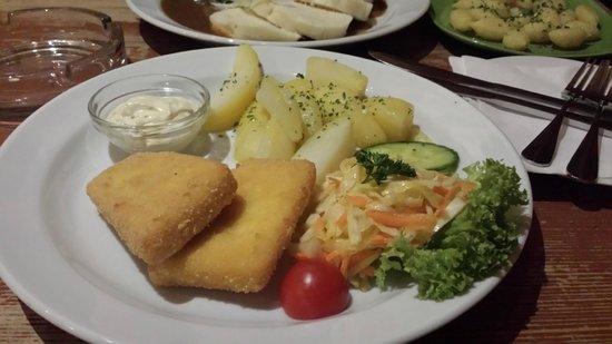U Zavesenyho Kafe: formaggio camembert fritto con patate e verdura, salsa di crauti
