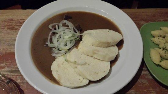 U Zavesenyho Kafe: Goulash con cipolla e pane