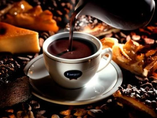 Bar Sa Butigueta: Para el frio, nada mejor que tomarse un chocolate caliente con un trozo de tarta casera