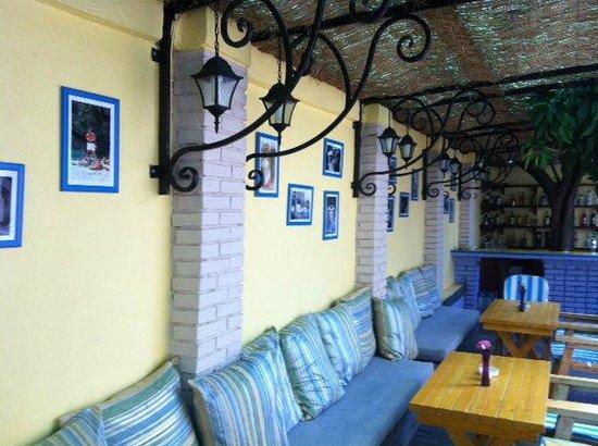 VINUM La Maison Bleue: Lo spazio esterno del Ristorante, attrezzato per l'estate
