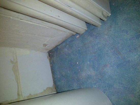 Hotel des Arcades : Bathroom floor and wall
