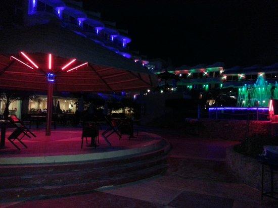 Hurghada SeaGull Beach Resort: Территория перед рестораном старый Сигал
